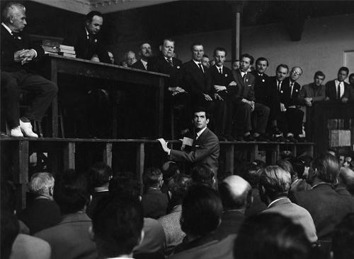 Anthony Perkins como Joseph K. em O Processo, de Orson Welles
