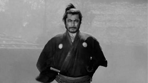 O Ronin sem Nome de Kurosawa, um dos grandes ícones do cinema ocidental, interpretado por Toshiro Mifune, a personificação do ronin no imaginário coletivo.